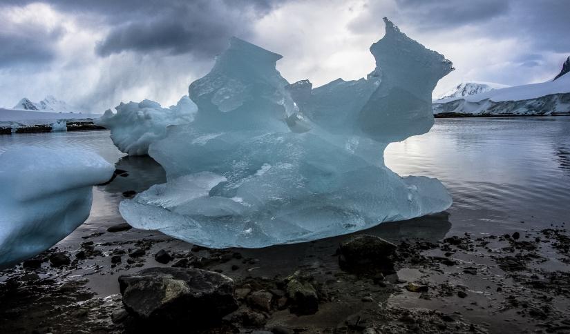 ... Neko Harbour e i suoi monoliti, penisola antartica (07) ...