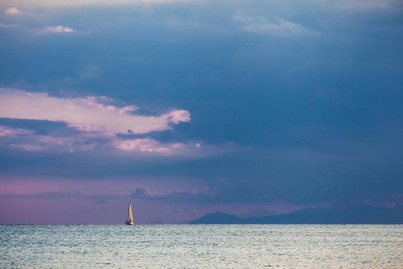 ... nell'argenteo mar, navigando verso la tempesta ...