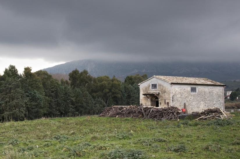 Casolare siciliano con legnaia