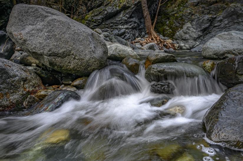 Acqua tra le rocce