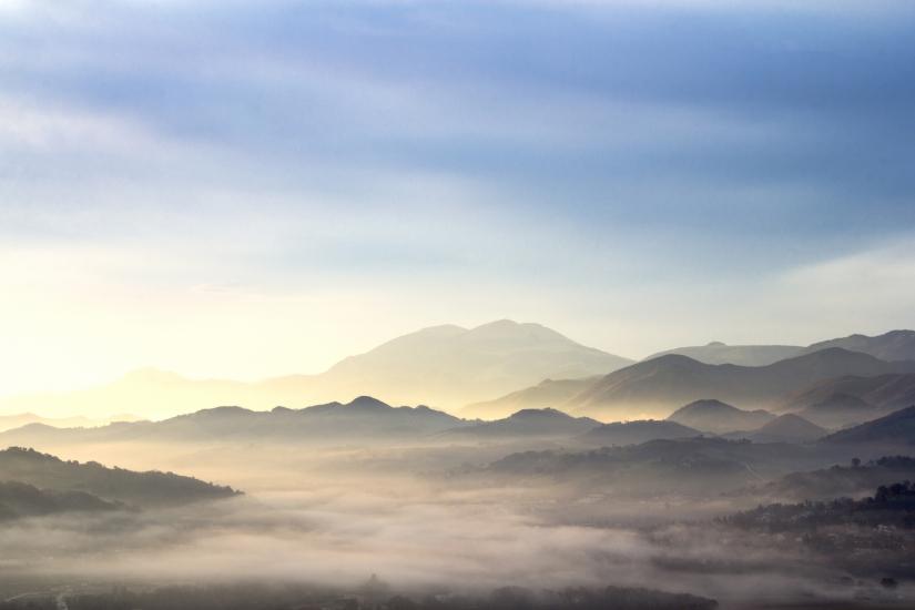 Alba tra le colline