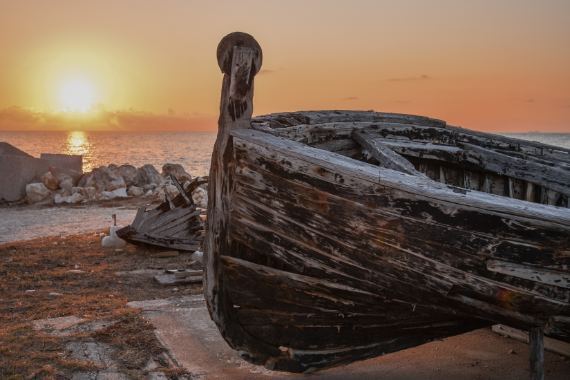 Antica barca di tonnara al tramonto