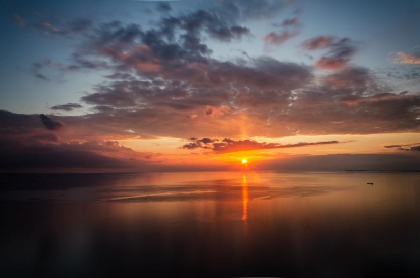 Apriticielo nel tramonto sul mare
