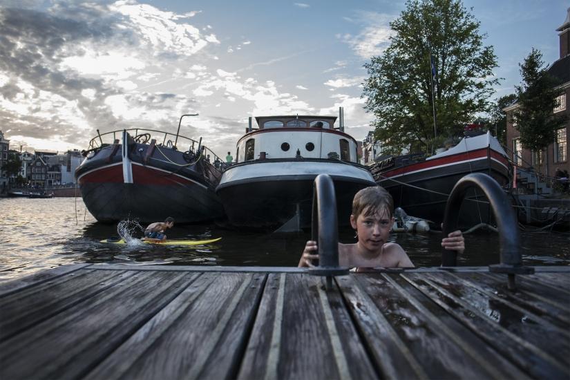 Bagno nei canali di Amsterdam