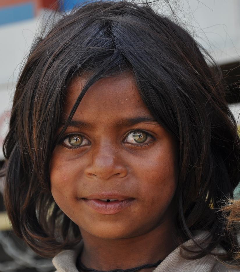 Bambina del Kashmir dagli occhi verdi