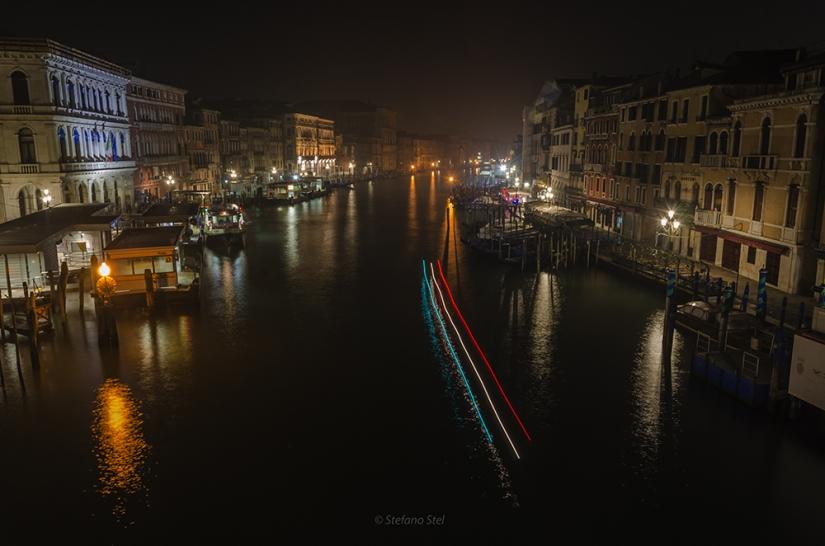 Bandiere di luci lungo la notte