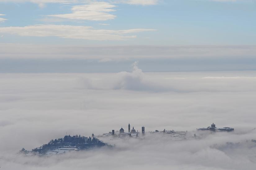 Bergamo alta porta san giacomo con neve