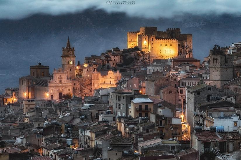 Città di Caccamo (PA) al crepuscolo