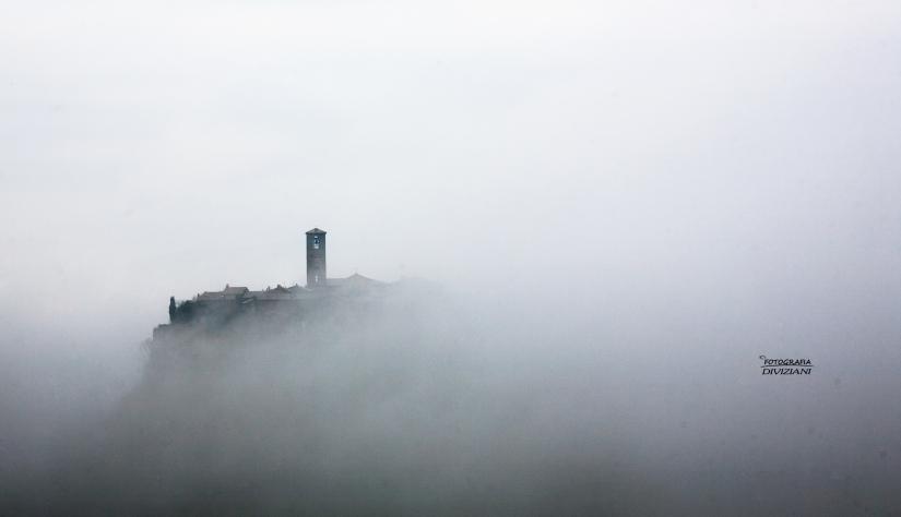 Civita avvolta nella nebbia