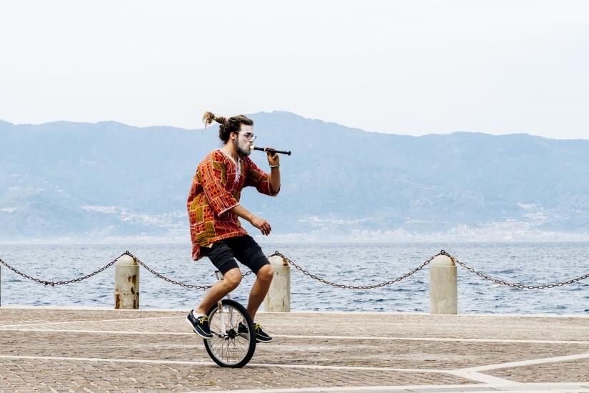 Clown in monociclo con flauto e Sicilia