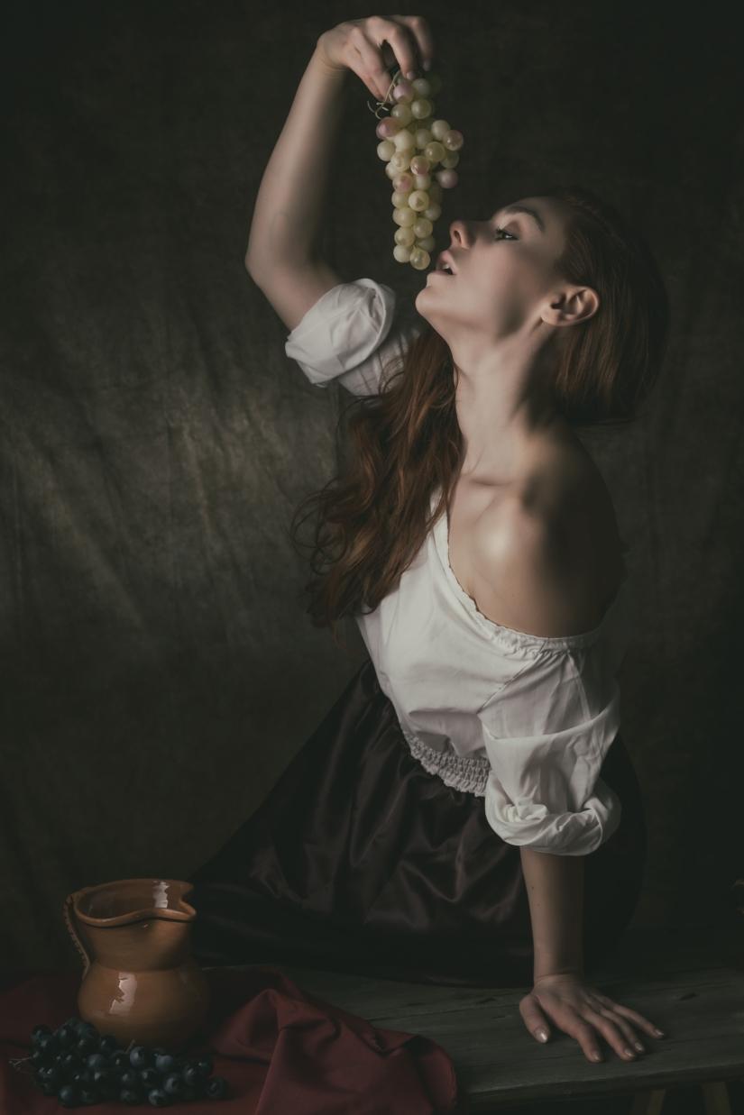 Donna con grappolo d'uva