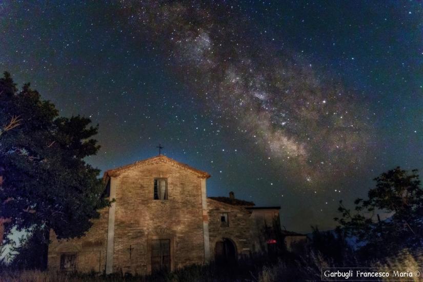 E le stelle ammirano........ la vecchia chiesetta
