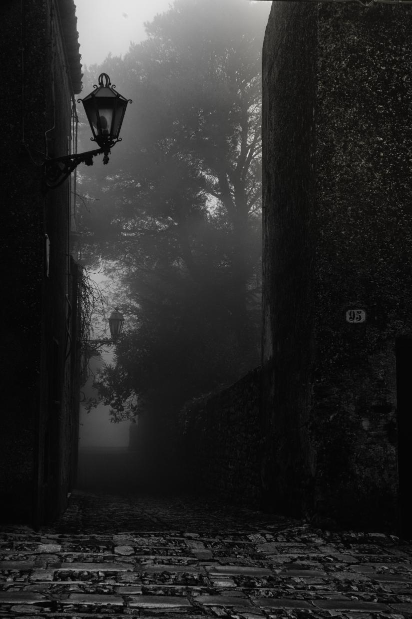 Erice, un borgo nascosto nella nebbia