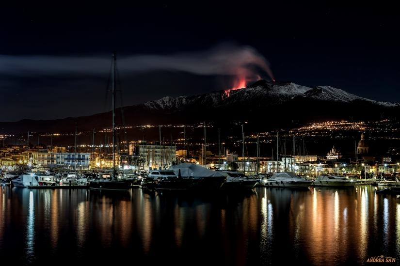 Etna in eruzione veduta dal porto di Riposto (CT)