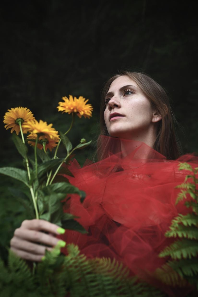 Eva ritratto fiori gialli