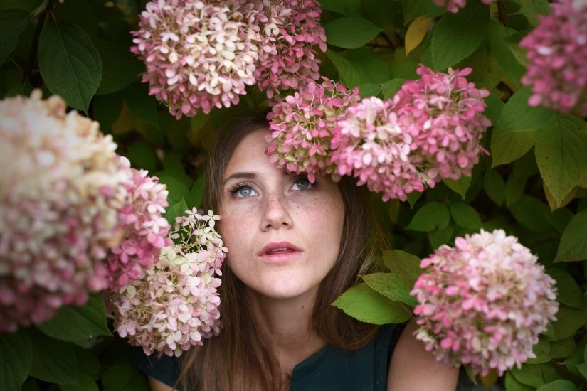 Eva ritratto fiori rosa