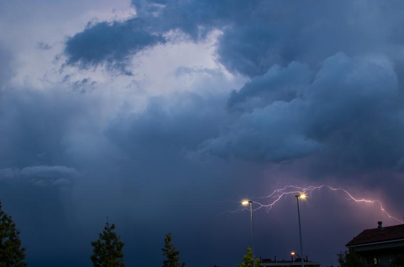 Fulmine sui lampioni durante un temporale