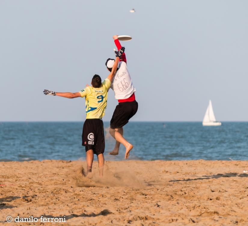 Giocare a freesbe sul mare