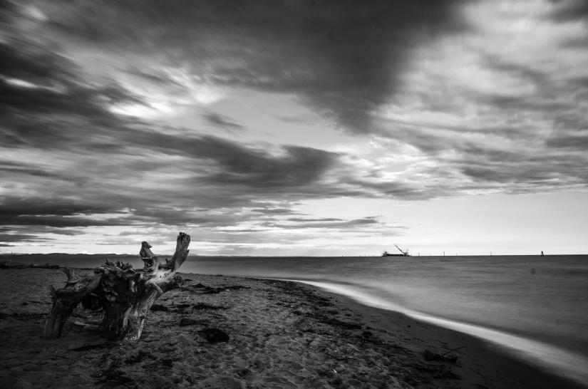 Il fascino in b/n di un mare che tramonta