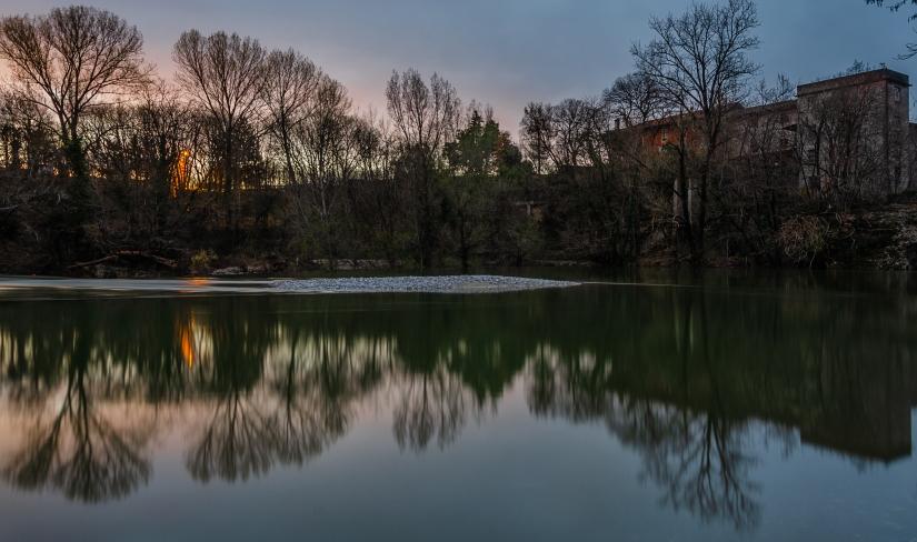 Il fiume a specchio sul lungo blu notte
