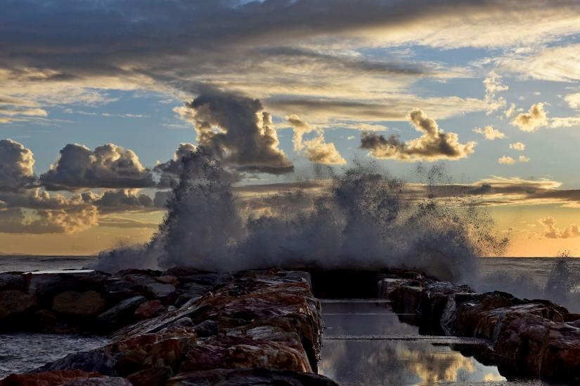 Il mare impetuoso al tramonto