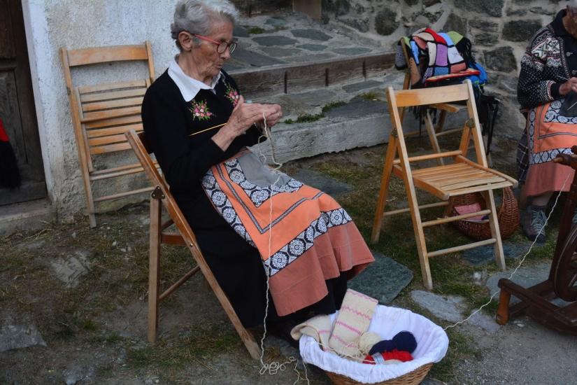 L' anziana cucitrice