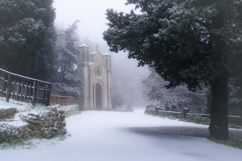 La chiesetta e la neve