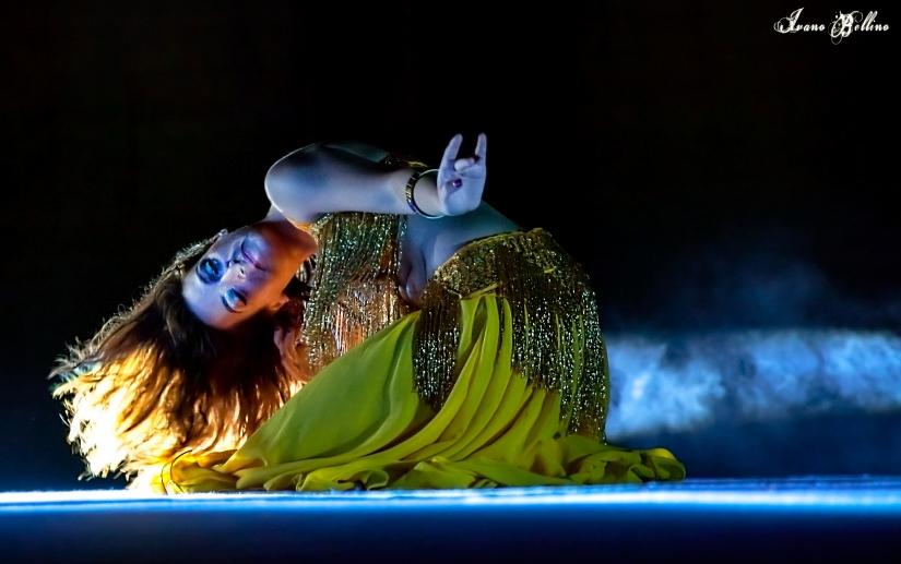 La danzatrice del ventre danza nella luce
