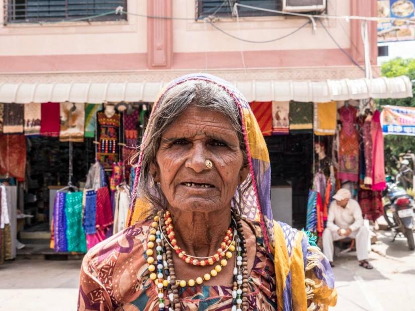 La venditrice ambulante di collane