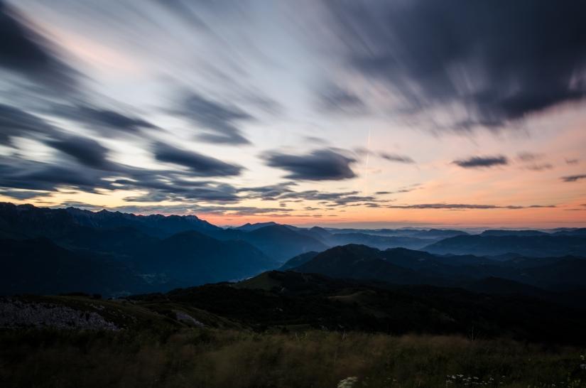 L'alba con le sue veloci nubi