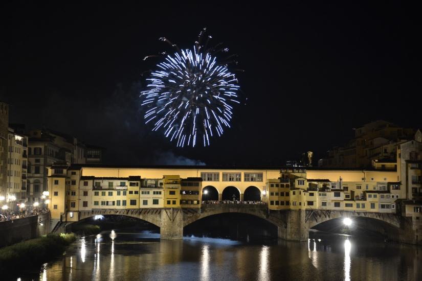 L'esplosione blu sopra il Ponte Vecchio