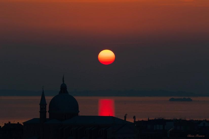 Linea d'ombra sul tramonto a Venezia