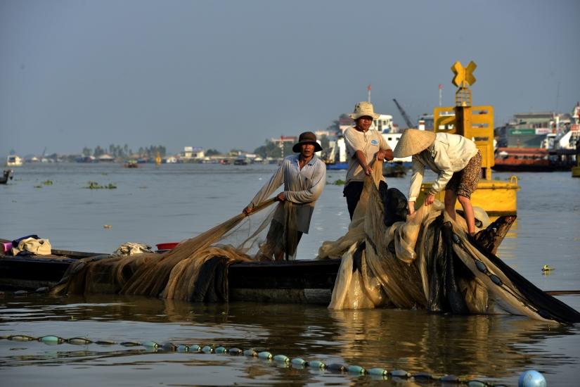 Lungo il Mekong ,pescatori a sera
