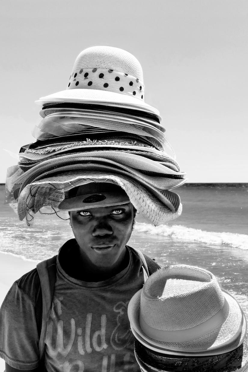 L'uomo dei cappelli volanti