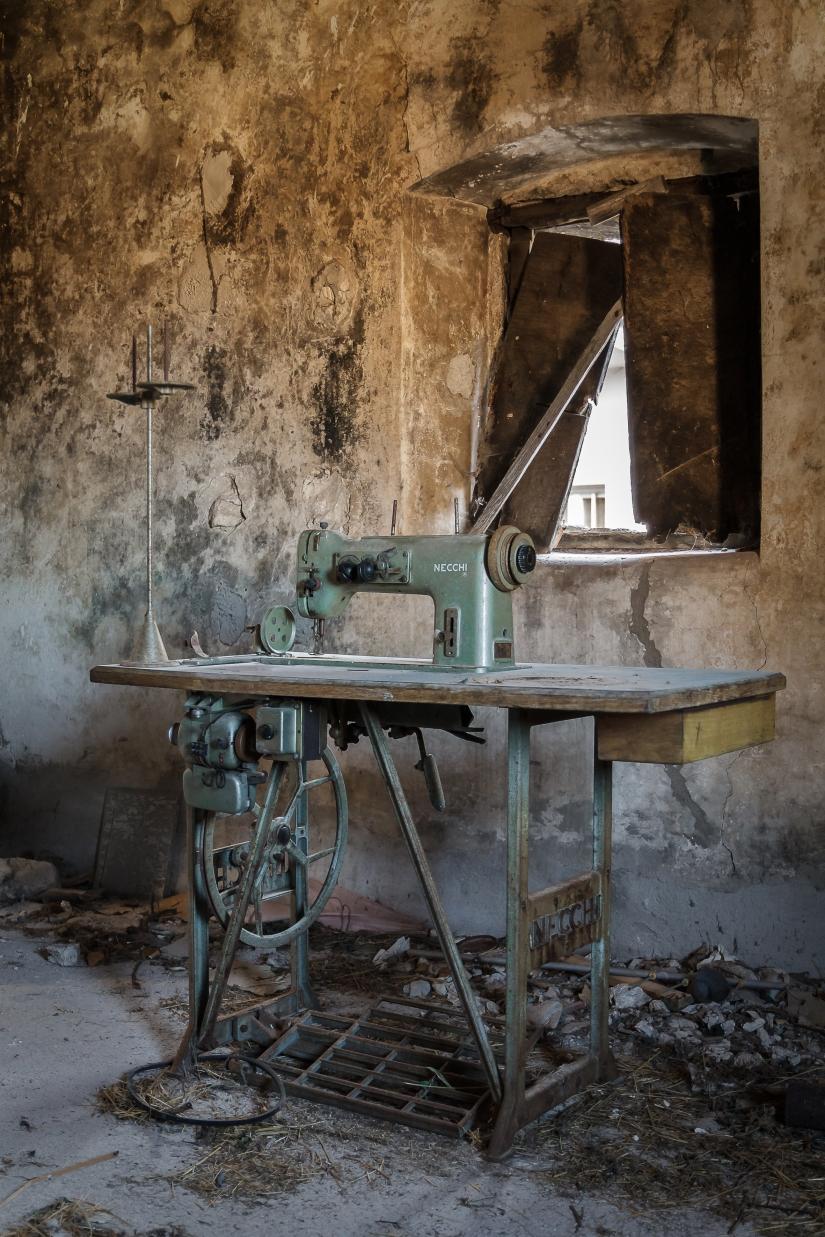 Macchina da cucire abbandonata
