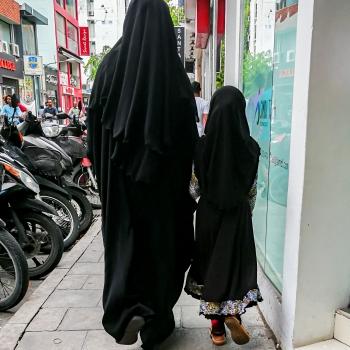 Mamma e figlia passeggiano in città