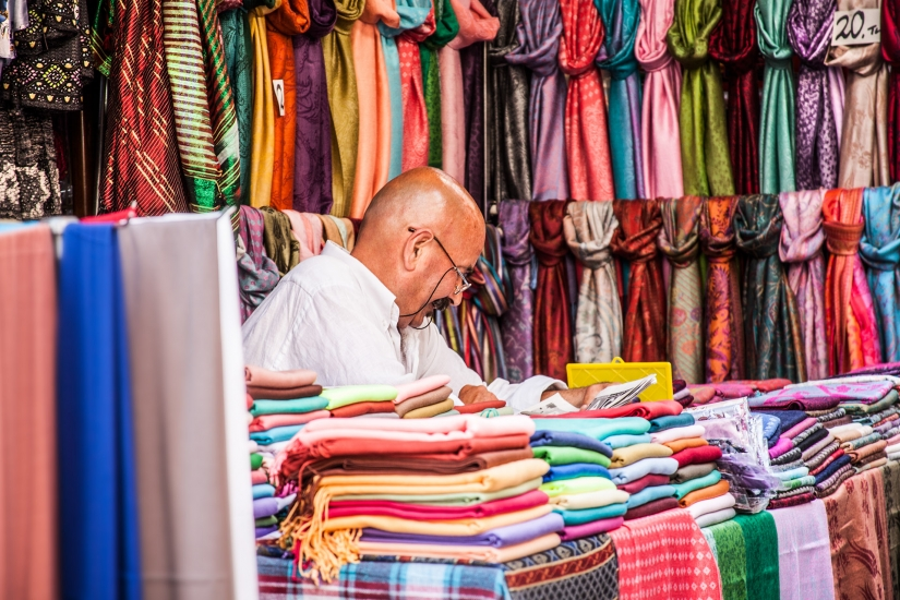 Merchant of scarves