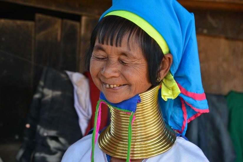 Myanmar, donna giraffa sorridente