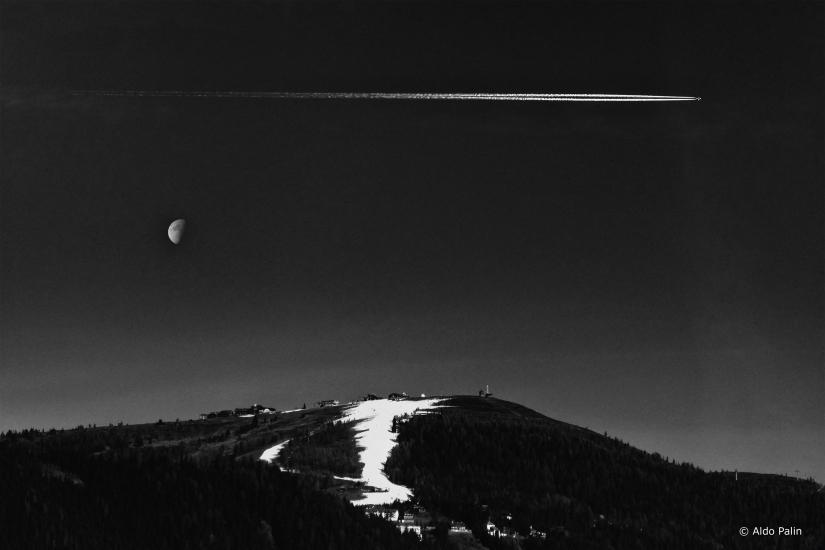 Notte con luna e scia bianca