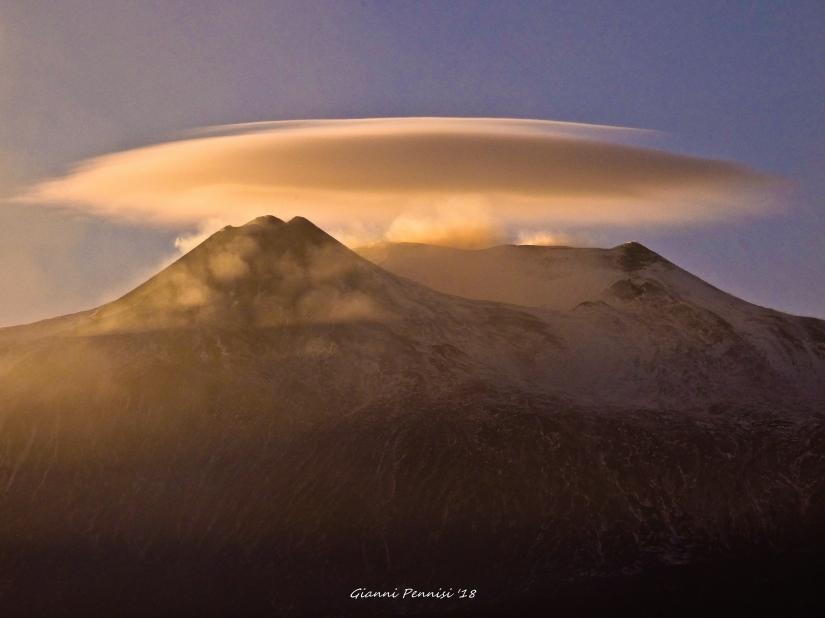 Nube lenticolare sulla vima del monte Etna