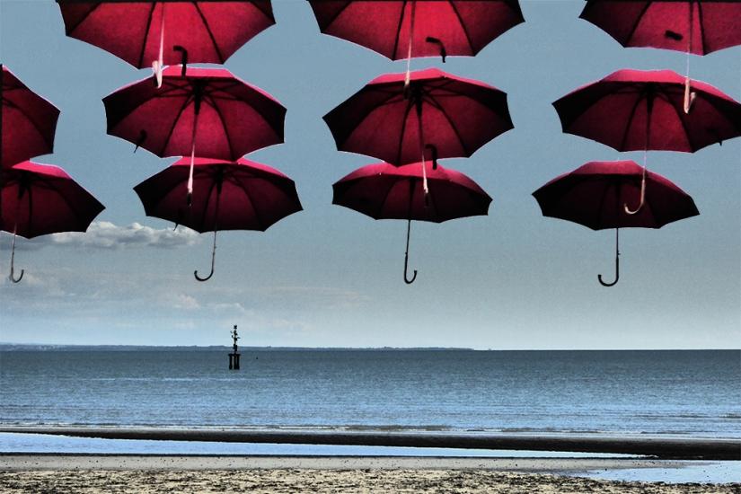 Paesaggio marino con ombrelli