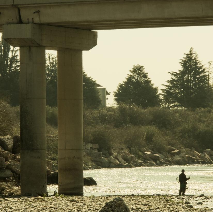 Pescatore sotto il ponte