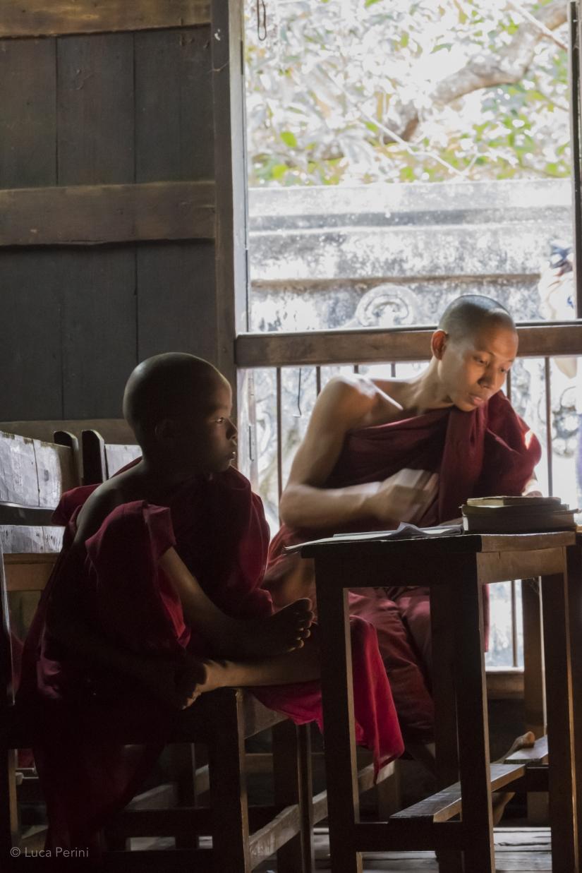 Piccolo monaco buddista a scuola in Myanmar