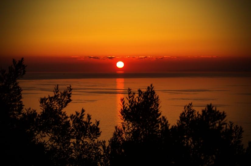 Quando un'alba o un tramonto non ci danno più emozioni, significa che l'anima è malata. (Roberto Gervaso)