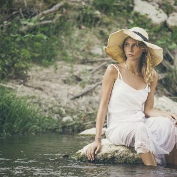 Ragazza al fiume