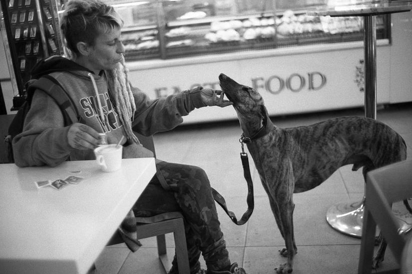Ragazza di Barcellona con il suo cane, Stazione di Caserta