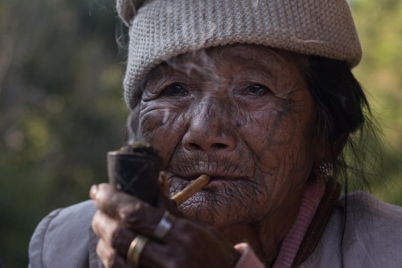 Ritratto di una donna di etnia Chin