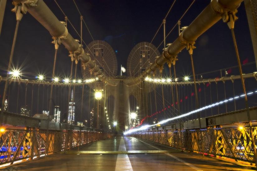 Scie di luce a Brooklyn Bridge