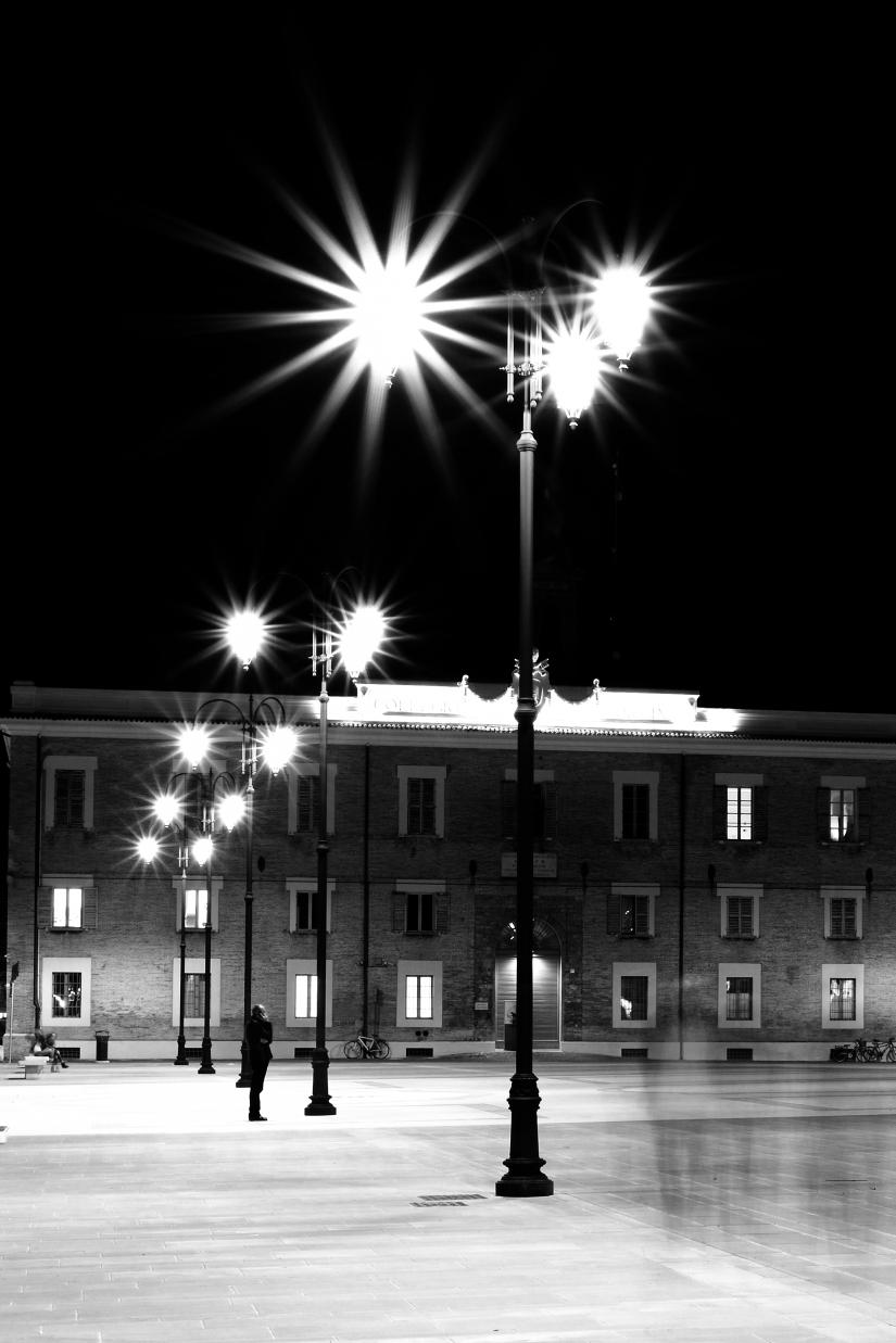 Senigallia Novembre 2016 piazza e uomo al telefono