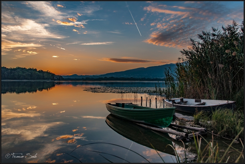 Sunset and boats in pusiano